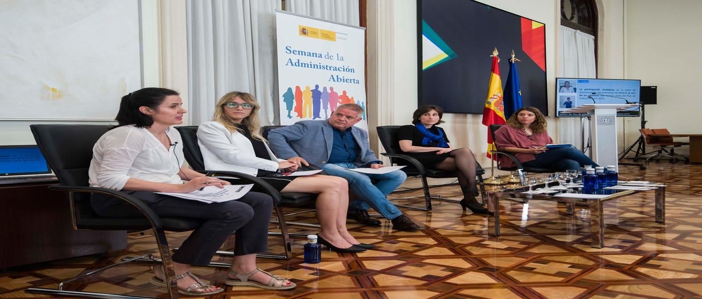 de izquierda a derecha: Paula Matas, jefa de servicio de Inclusión Neutralidad y Privacidad de la Dirección General de Participación Ciudadana del Ayuntamiento de Madrid; Cecilia Güemes, presidenta e investigadora del GIGAPP ; Carlos Susías, vicepres