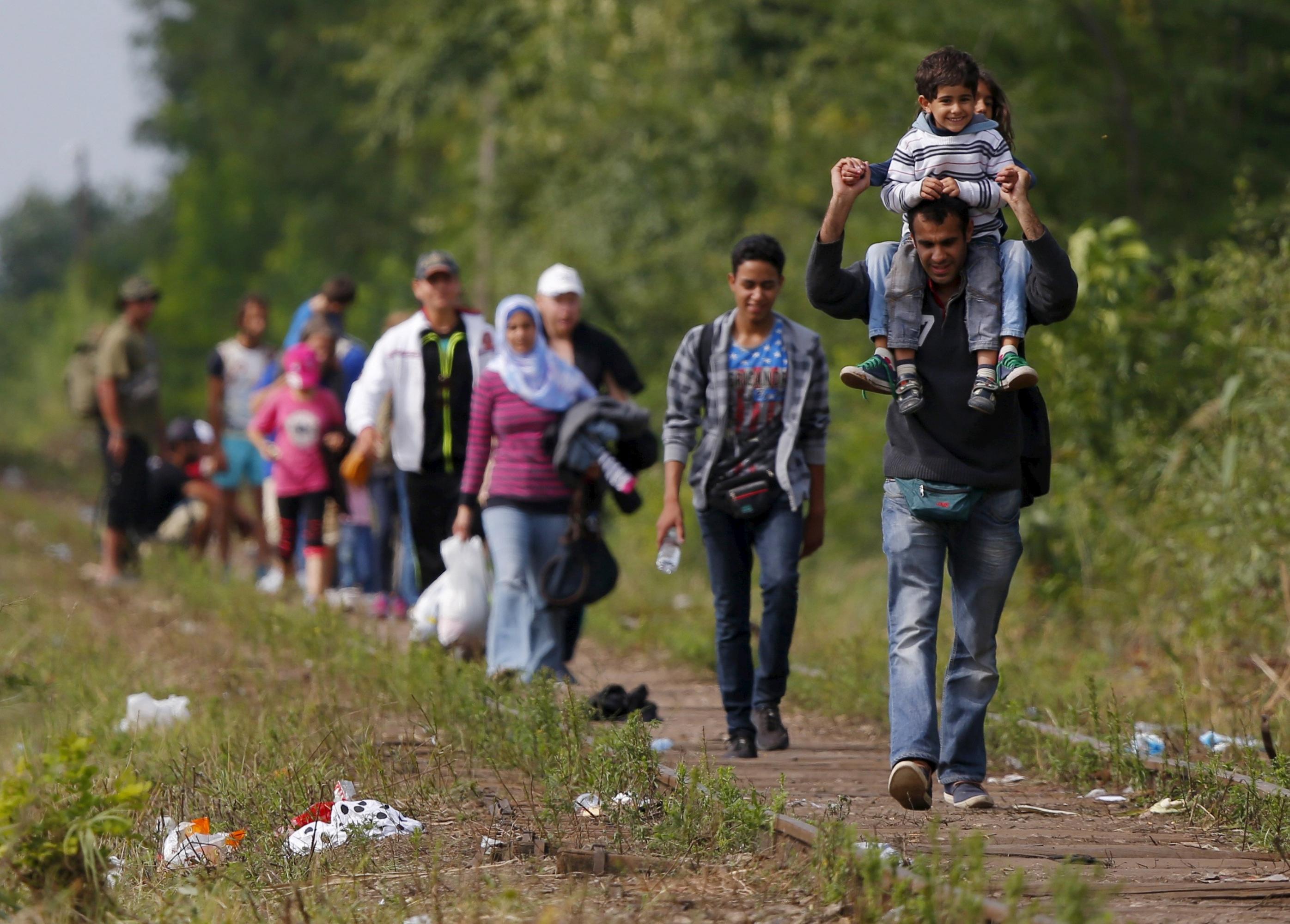 Foto REUTERS: Refugiados en la frontera entre Serbia y Hungria