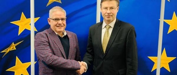Autor CE: El presidente de EAPN Europa, Carlos Susías, junto al Vicepresidente de la Comisión Europea y Comisario europeo de Diálogo Social, Valdis Dombrovskis.