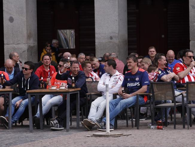 Aficionados del PSV en la Plaza mayor de Madrid