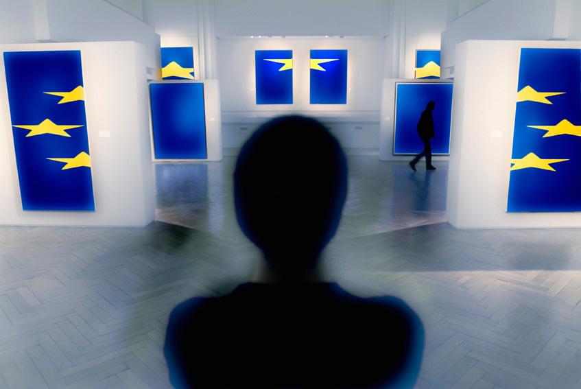 Imagen personas delante bandera UE