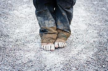 Pies descalzos sobre el asfalto.